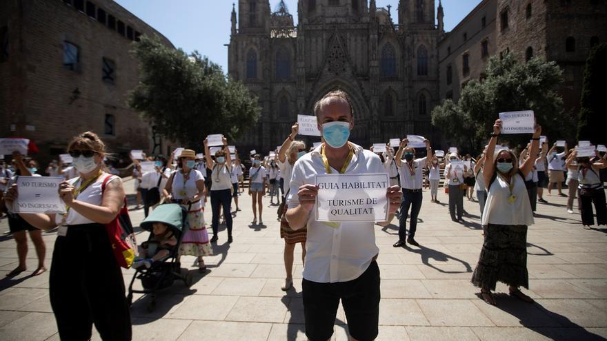 Aspecto de la concentración celebrada este miércoles ante la Catedral de Barcelona por la Asociación de Guías Habilitados por la Generalitat de Cataluña (Aguicat), para protestar por la situación que atraviesa el sector del turismo a consecuencia de la crisis de la COVID-19.