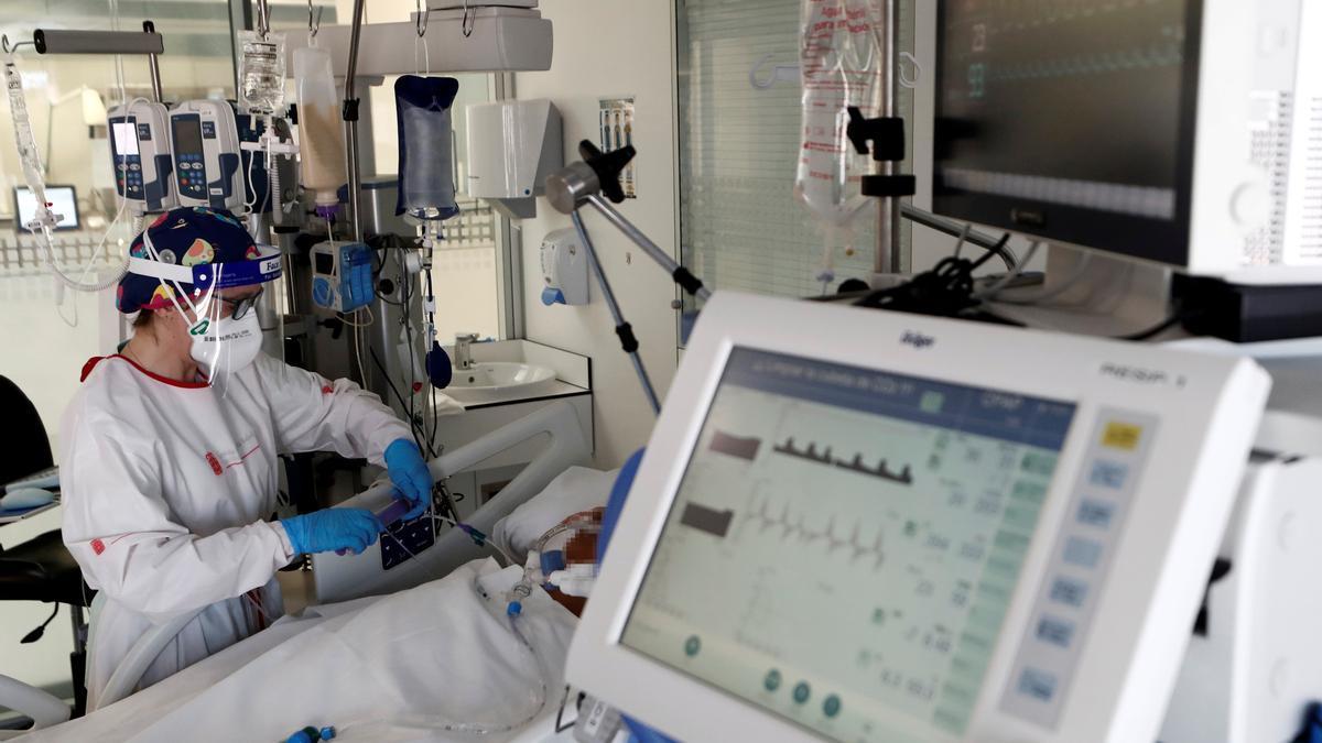 Una enfermera en una UCI