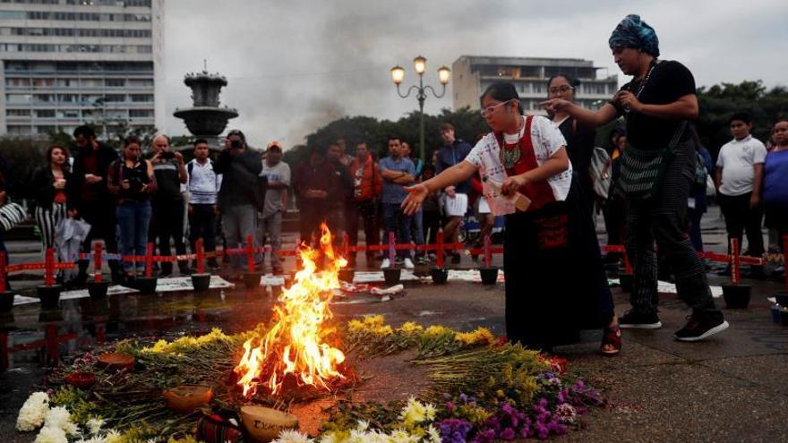 Piden respetar el altar en memoria de las 41 niñas muertas en un hogar en Guatemala
