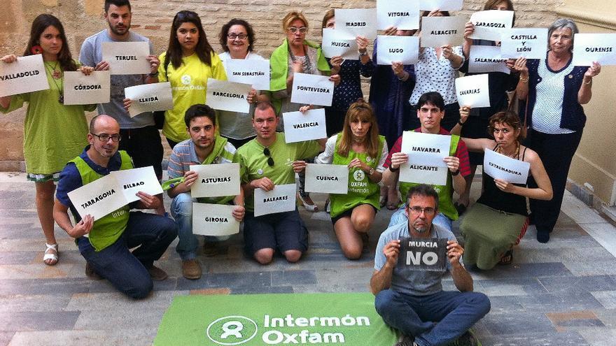 Voluntarios de Oxfam Intermón Murcia protestan por la negativa del ayuntamiento para que usen la Plaza de Santo Domingo