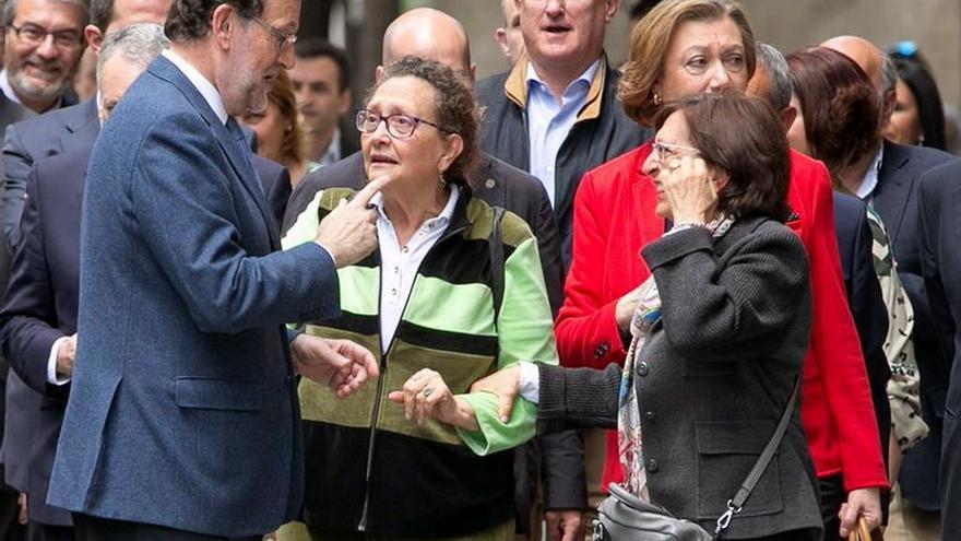 Rajoy sorprende a los zaragozanos con un paseo y un vermú en el Tubo
