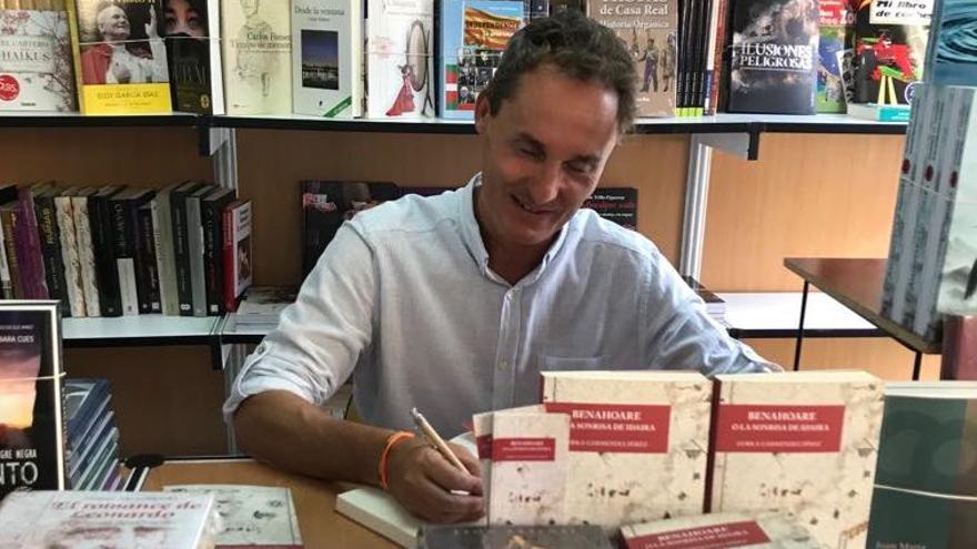 El escritor Gorka Garmendia en la firma de ejemplares de su novela.