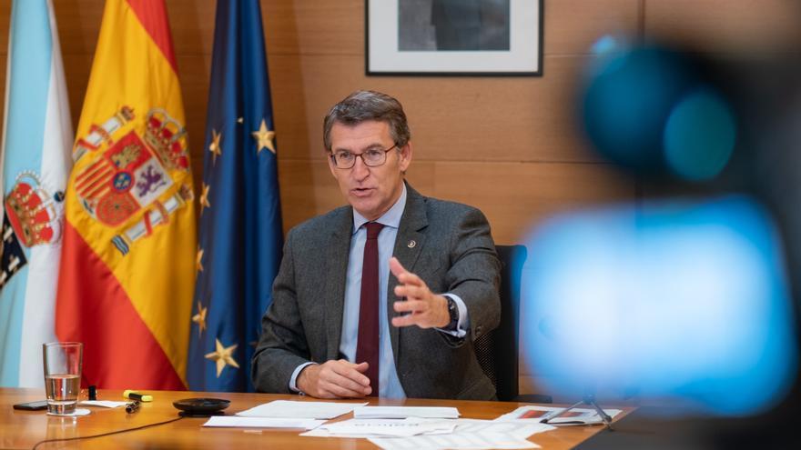 El titular del Goberno gallego, Alberto Núñez Feijóo, junto al presidente del Principado de Asturias, Adrián Barbón, participa por videoconferencia en los Encuentros del Eo