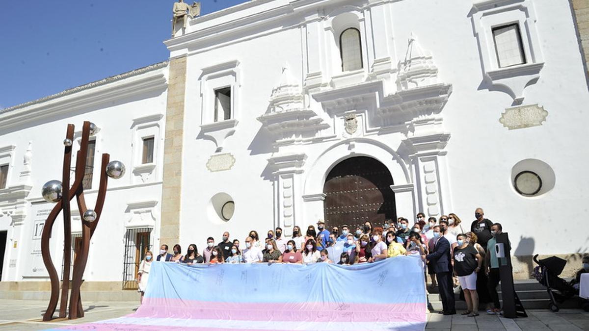 La bandera trans se ha desplegado este miércoles a las puertas de la Asamblea de Extremadura
