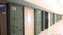 La estancia media en prisión de los condenados es de 18 meses y el índice de reincidencia se sitúa en el 31%