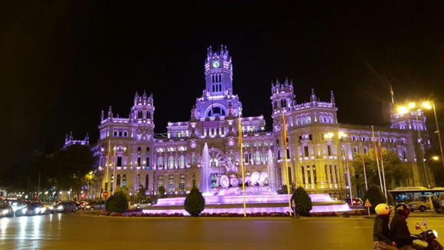 El edificio de Correos de Madrid, iluminado de forma especial por el 7N / Foto: Ayuntamiento de Madrid (Twitter)