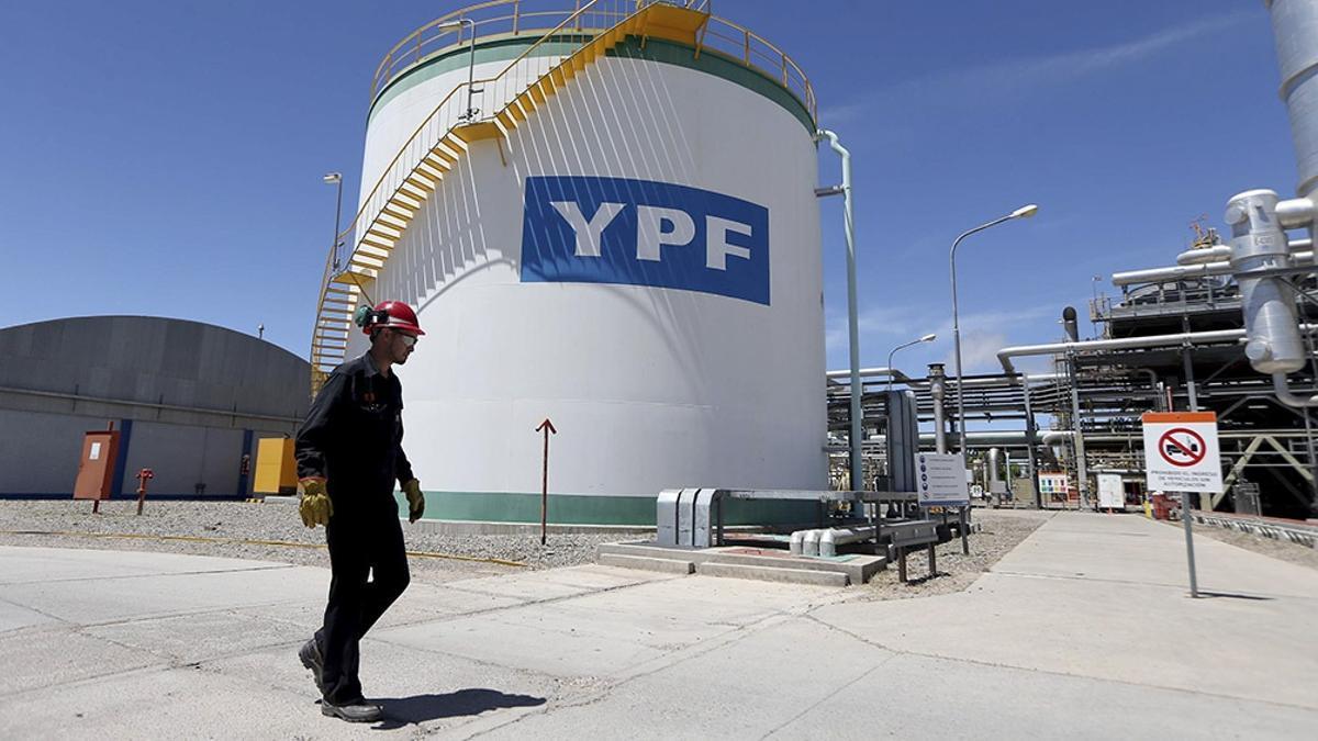 Instalaciones de la petrolera YPF.