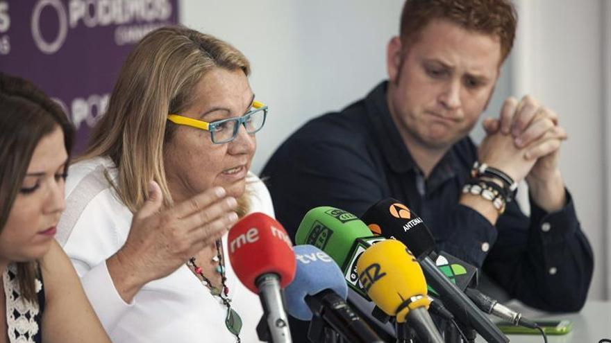 La secretaria general de Podemos en Canarias, Meri Pita (c) junto al representante del consejo insular de Podemos Alejandro Pérez (d). (EFE/Ángel Medina G.).