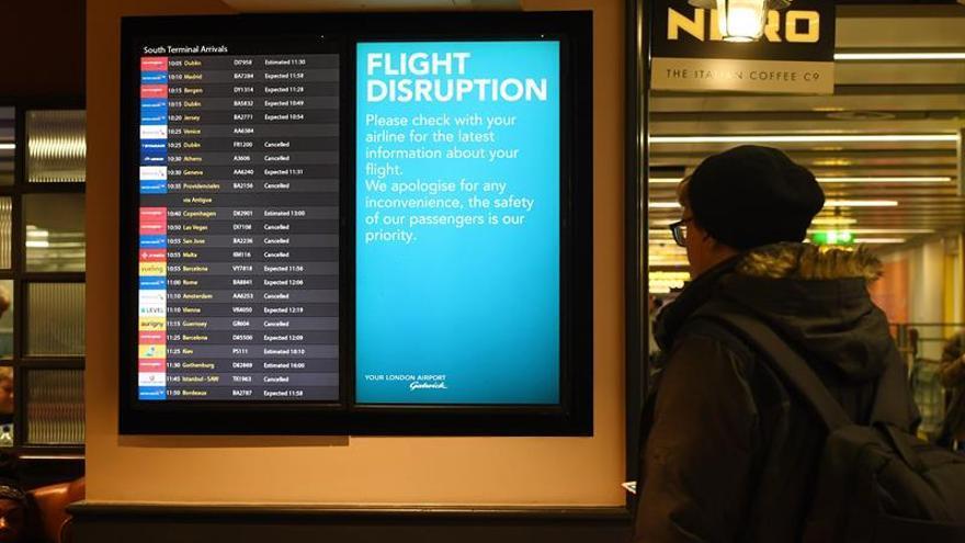 Imagen de un cartel informativo en el aeropuerto de Gatwick tras la suspensión de los vuelos por el avistamiento de drones.