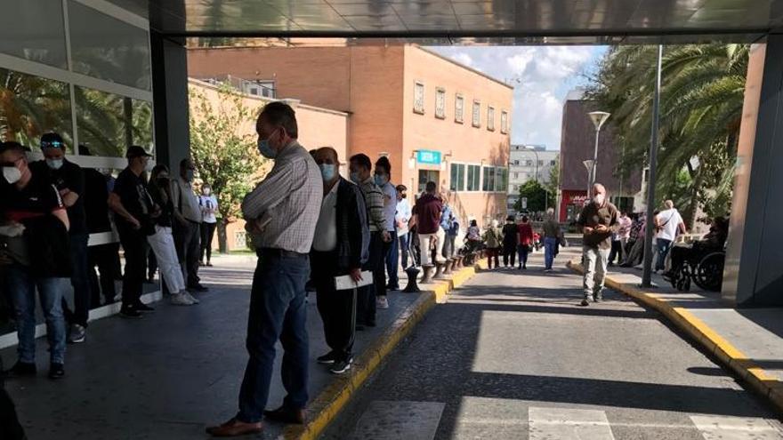 Un fallo informático impide vacunar en Sevilla a pacientes trasplantados y mayores tras horas de espera