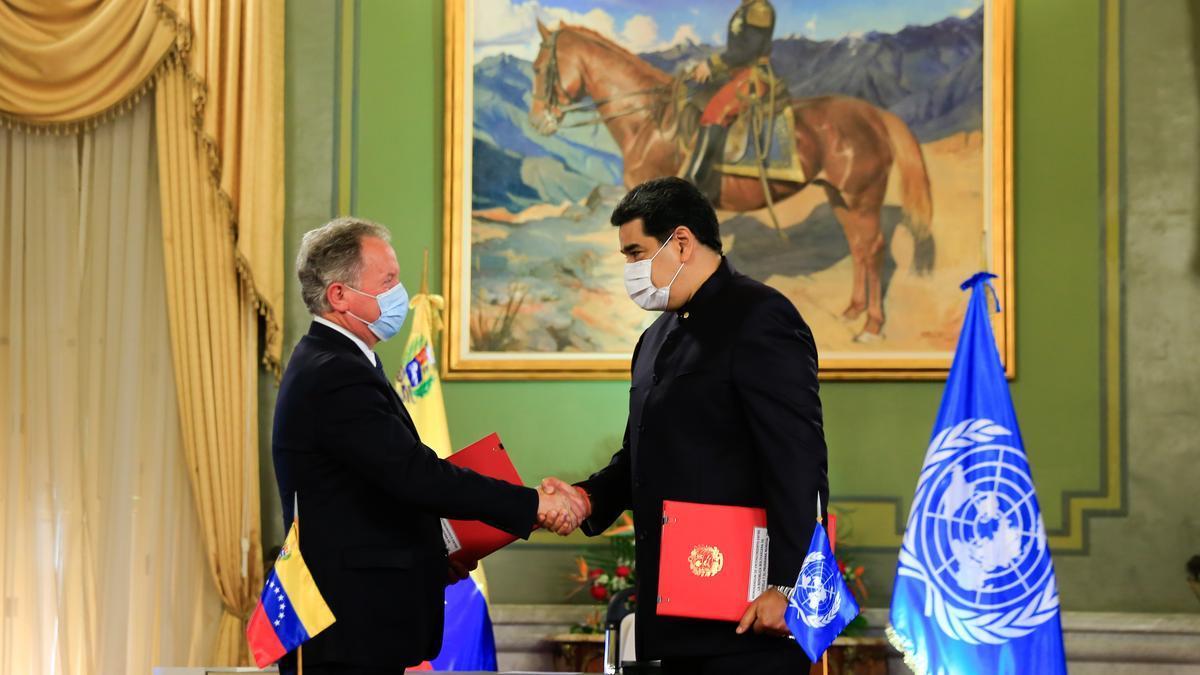 David Beasley (izquierda), director del Programa Mundial de Alimentos, y Nicolás Maduro firman el acuerdo.