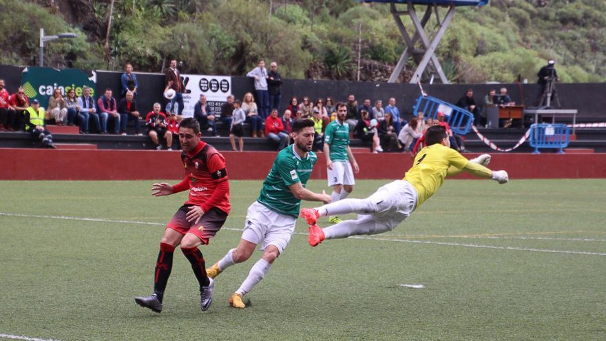 Intensa jugada este domingo en el estadio Silvestre Carrillo. Foto: JOSÉ AYUT.