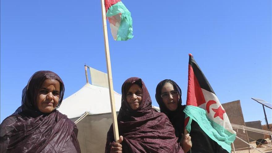 Los saharauis se afanan en reconstruir sus campos entre la creciente rabia