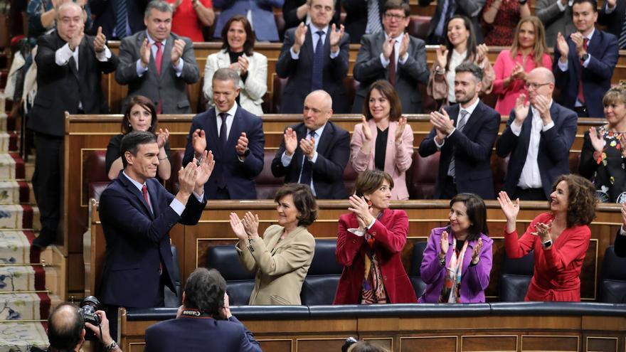 Miembros del grupo parlamentario socialista tras la investidura de Pedro Sánchez como presidente del Gobierno.