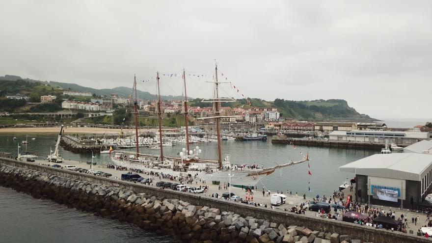 El Juan Sebastián Elcano, atracado en Getaria