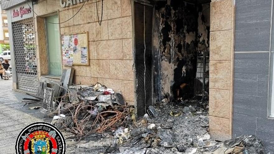 Bomberos de Santander sofocan un incendio en una carnicería de Solares