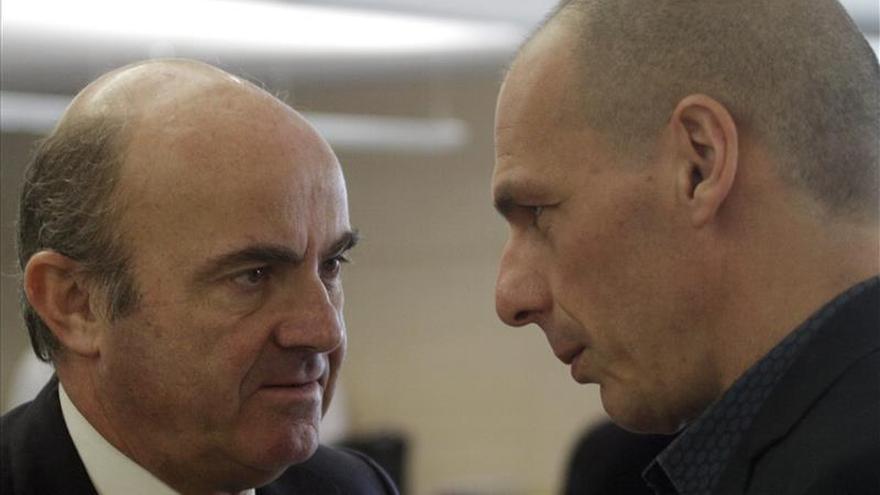 El ministro español de Economía, Luis de Guindos, habla con su homólogo griego, Yanis Varufakis. / EFE