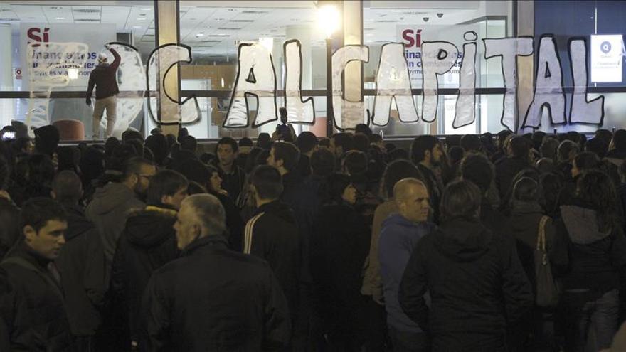 Manifestantes causan daños en bancos y el Palacio de Justicia de Valencia