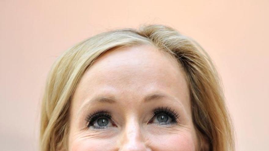 J. K. Rowling acusada de transfobia en Twitter por comentario sobre menstruación