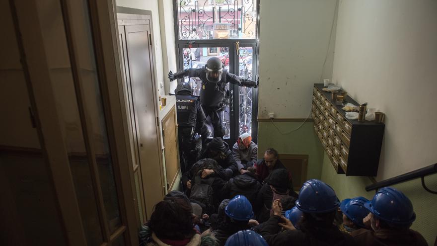 Cientos de vecinos intentan frenar desde dentro el desahucio de Argumosa 11 | Foto: Fernando Sánchez