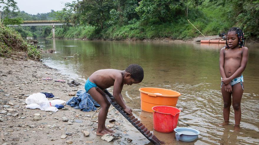 Pacurita es un pequeño municipio a pocos kilómetros de Quibdó, la capital del Chocó colombiano. Es uno de los lugares donde más llueve del mundo, pero sus habitantes no tienen acceso a agua potable. Beben, lavan y cocinan con la que recogen en el río, contaminada por la maquinaria de extracción del oro de las minas que hay unos kilómetros más arriba. Los más afectados por esta situación son los niños, que a menudo sufren enfermedades derivadas del consumo de agua sucia y contaminada. (Salva Campillo/AEA).