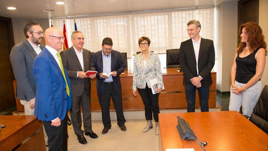 Desde la izquierda: Martínez y Coronado (PP), González (PSOE), Sánchez (C's), la presidenta Rosa Peñalver, y Urralburu y García (Podemos)