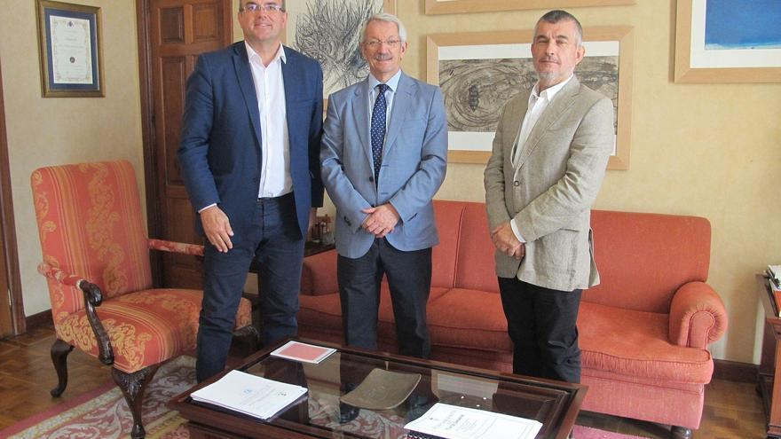 De izquierda a derecha, Anselmo Pestana, presidente del Cabildo de La Palma; Alejandro Tiana, rector de la UNED, y Javier Neris, director del Centro Asociado de la UNED en La Palma.