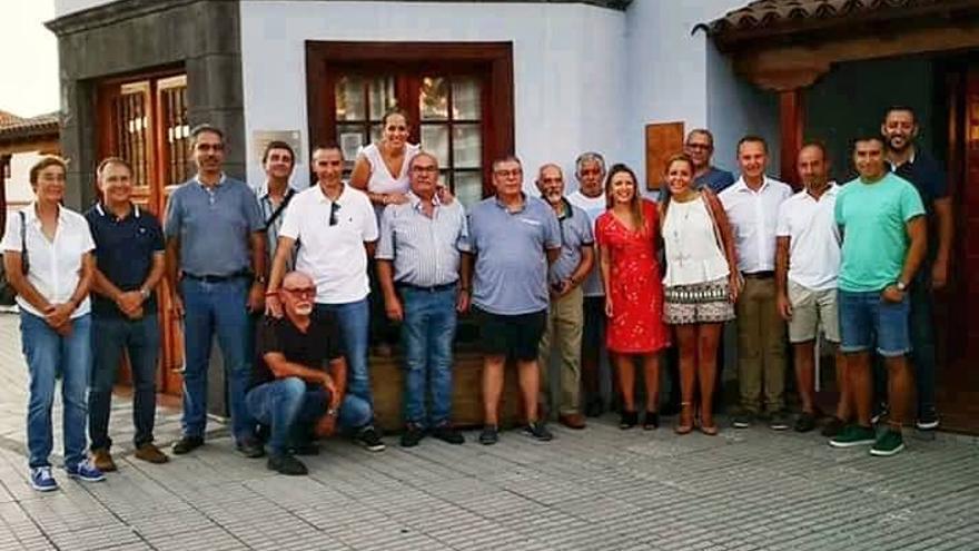 Miembros de la Asociación Fotográfica Afoto La Palma y las autoridades que asistieron a la inauguración de la exposición 'Rincones de El Pasp'.i