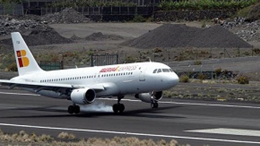 Un avión de Iberia Express aterriza en el Aeropuerto de La Palma.