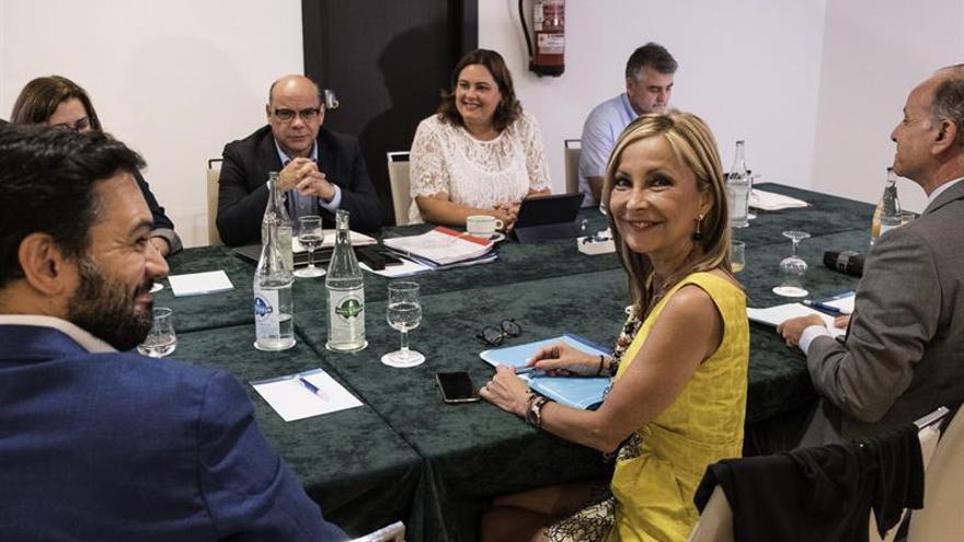Mesa de negociación entre CC y el PP. EFE/Ángel Medina G.