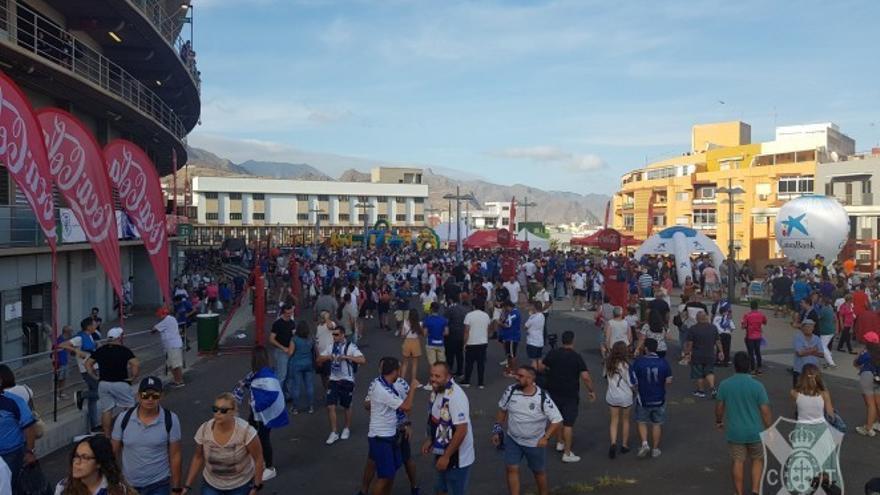 Panorámica de la FanZone previa al derbi Tenerife-Las Palmas en la plaza anexa al Heliodoro.