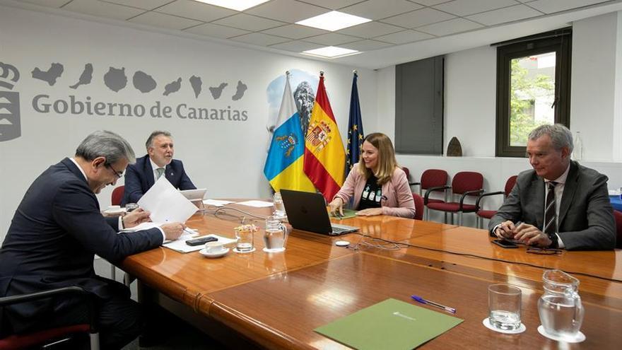El presidente de Canarias, Ángel Víctor Torres (2º i), junto a la consejera de Derechos Sociales y a los consejeros de Vivienda y Haciena. EFE/ Quique Curbelo