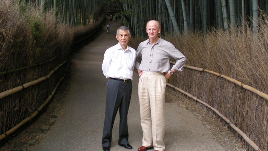 John Ralston Saul, izquierda, junto a Hori Takeaki, en un congreso de PEN en Tokio. Foto: www.johnralstonsaul.com