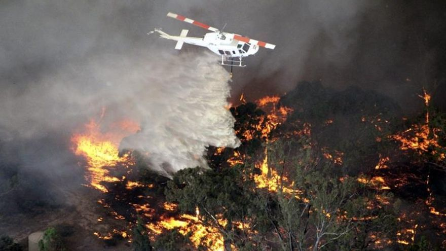 Al menos un muerto a causa del centenar de incendios que arden en Australia