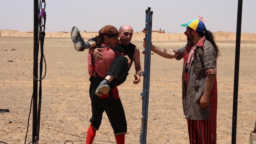 Pallasos en Rebeldía realizan una acción frente al muro de Marruecos en el marco del FiSahara/ G. S.