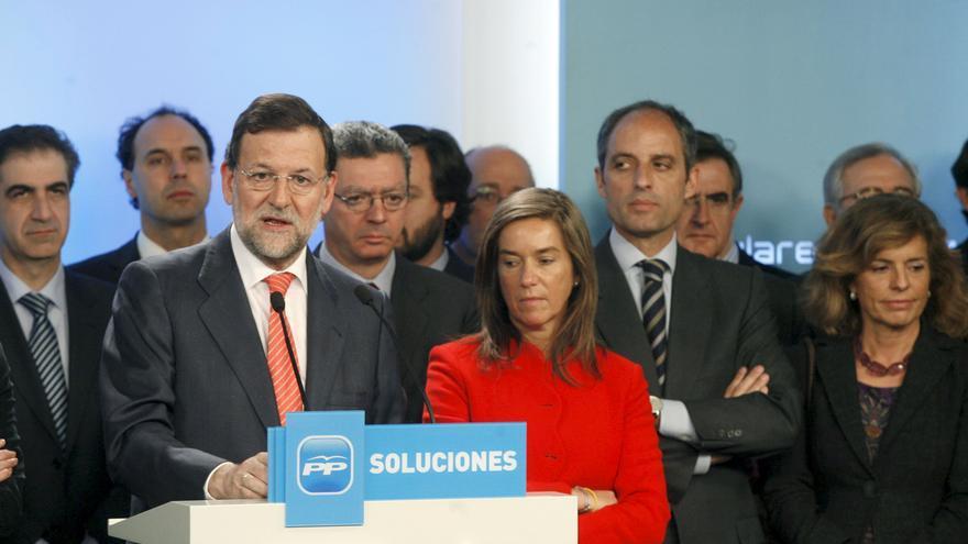 11/02/09.- El líder del PP, Mariano Rajoy (i), durante la rueda de prensa que ofreció hoy tras la reunión del Comité Ejecutivo Nacional de su partido convocada con carácter de urgencia para analizar la situación derivada de la investigación del juez Baltasar Garzón en una supuesta trama de corrupción