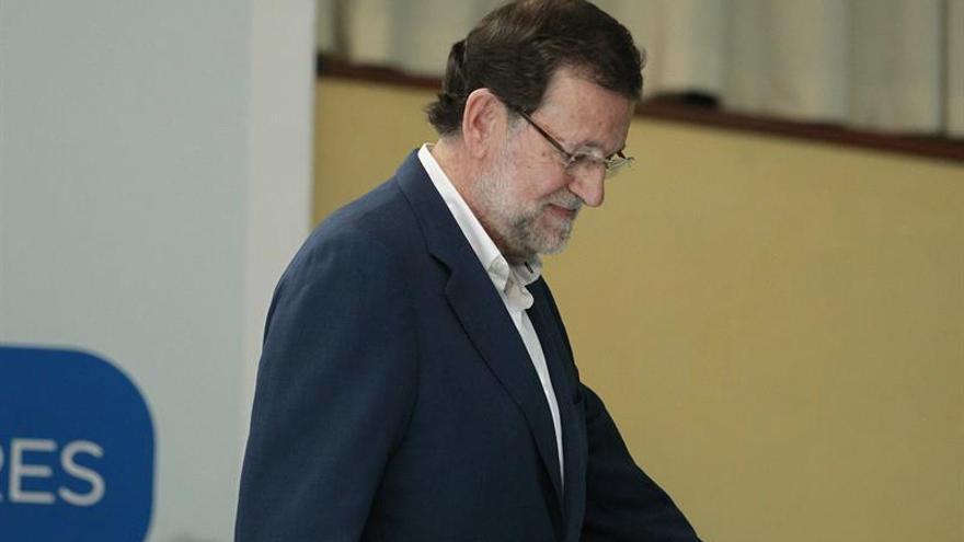 El presidente del Gobierno, Mariano Rajoy, tras cancelar su mitin en La Laguna. (EFE/CRISTÓBAL GARCÍA)