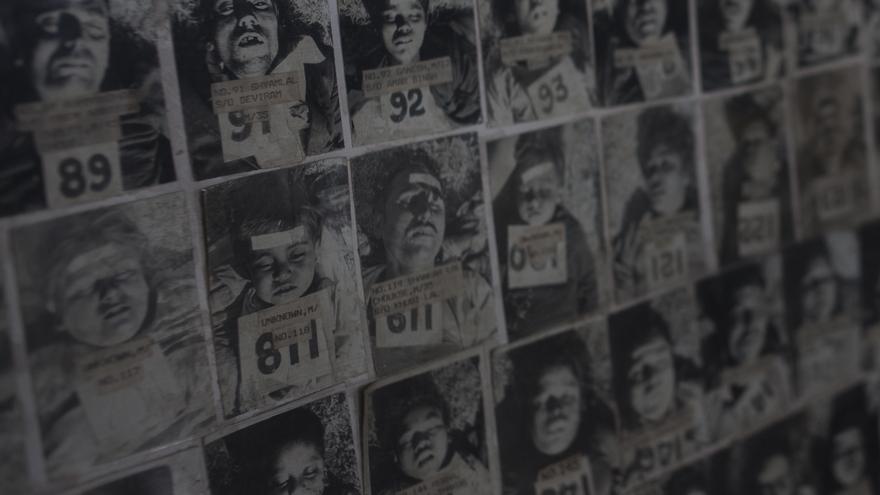 Después de la gran tragedia, el fotógrafo Subasho Godane del Instituto de Medicina Legal de Bhopal tomó fotografías de los fallecidos para que sus familias pudieran identificarlos. En algunas casos parecieron todos sus integrantes, con lo cual no quedó nadie que pudiera identificarlos. Hoy este plafón con las instantáneas descansa en una de las paredes del Instituto // FOTO:  Bernat Parera