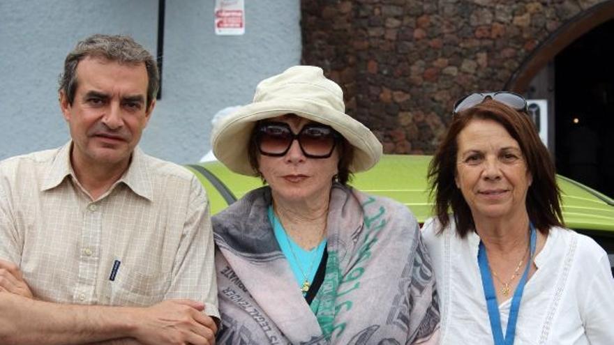 Shirley MacLaine, con Emilia Pérez Morales y Paco Moreno, el pasado domingo, 22 de junio, en el Bodegón de Tamanca.