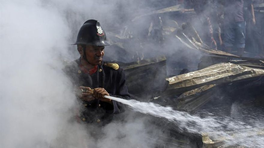 Al menos trece personas mueren en un incendio en una fábrica de Delhi