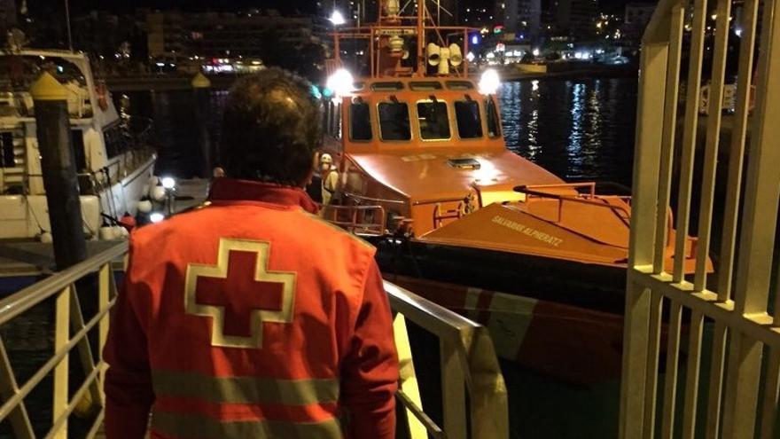 Personal de Cruz Roja se ocupó de atender a los ocupantes de la patera a su llegada a Los Cristianos