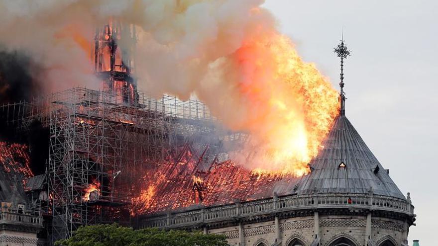 El techo de la catedral de Notre-Dame ha sido consumido por las llamas. / EFE