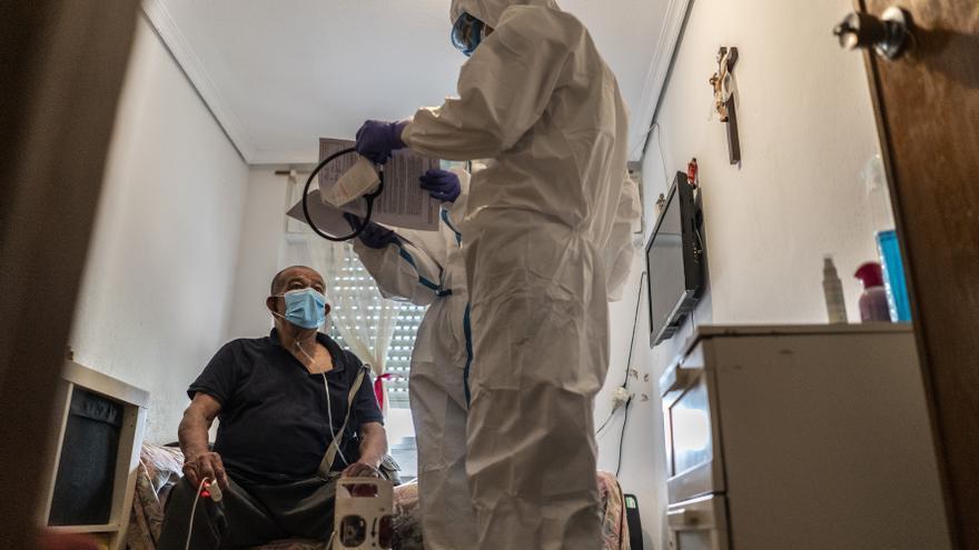 Fabio, de 73 años, con síntomas de tener el COVD-19, es atendido en su domicilio  por Carlos Rubio, médico y Ana Moreno, enfermera.