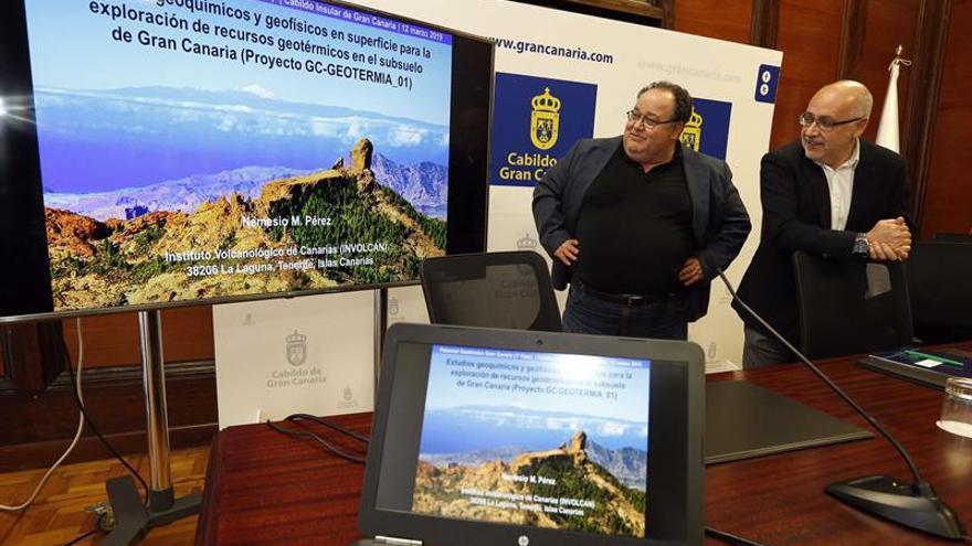 El presidente del Cabildo de Gran Canaria, Antonio Morales (d), y el coordinador científico del Involcan, Nemesio Pérez
