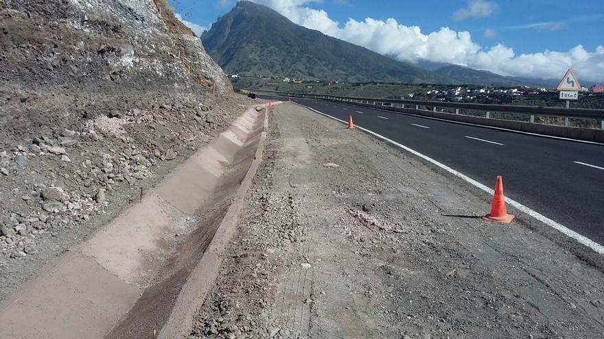 Imagen de la obra de rectificación de curvas que realiza la Consejería Insular de Infraestructuras en la carretera LP-1 del norte en la zona de Amagar. Foto: Cabildo de La Palma.