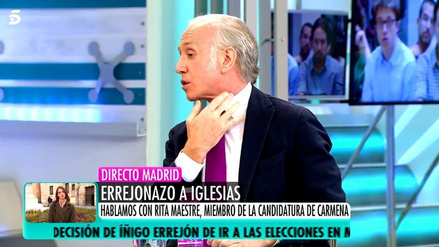 Eduardo Inda, señalándose la zona afectada tras su incidente en AR