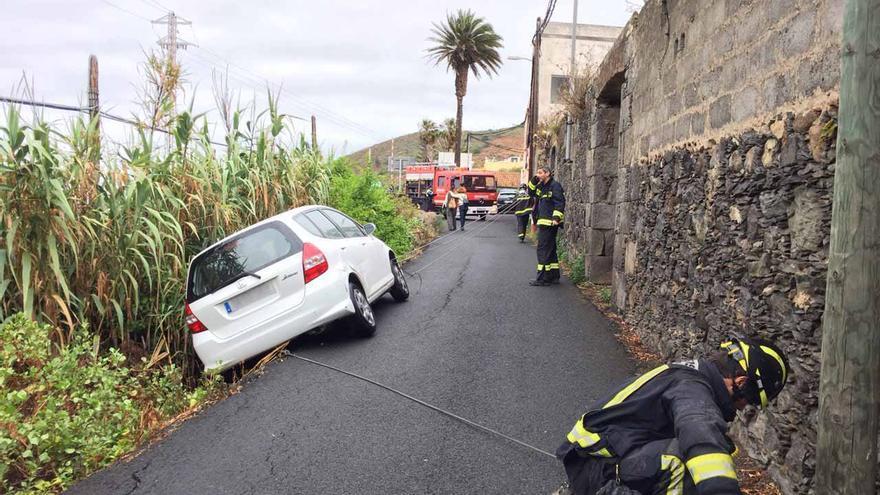 Un vehículo ha tendido que ser remolcado con una grúa en el Camino de Los Pérez. (Canarias Ahora).