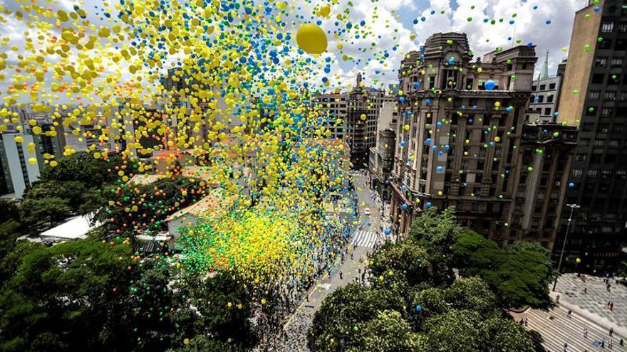 Miles de globos tiñen el cielo de Sao Paulo para dar la bienvenida al 2019