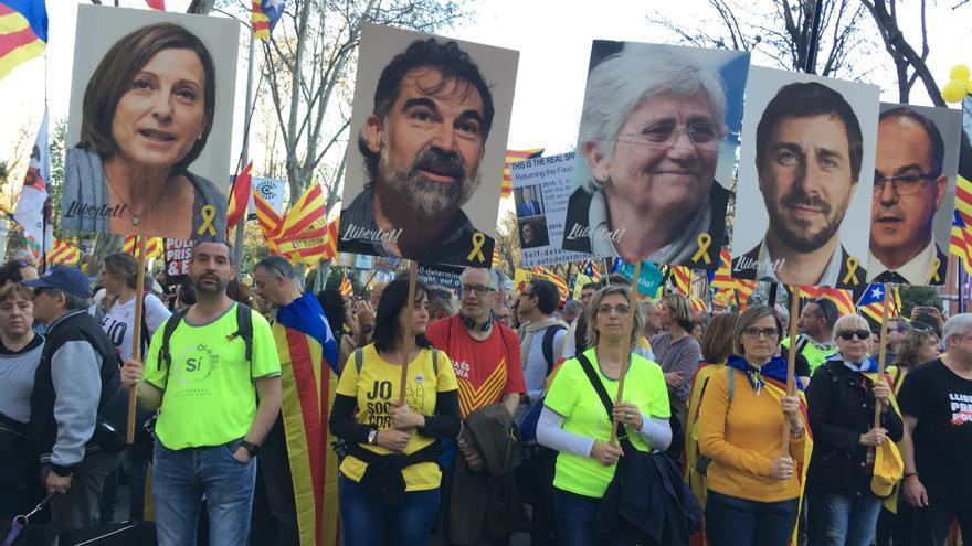 Una de las cabeceras de la manifestación, con las fotografías de los presos independentistas
