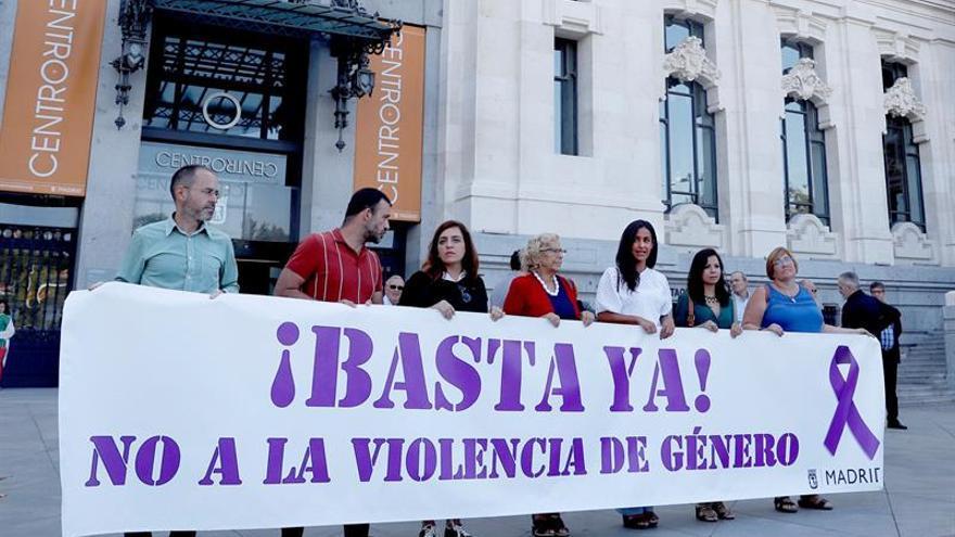Protesta de concejales frente al Ayuntamiento de Madrid por uno de los últimos crímenes machistas.